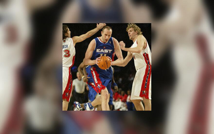 """NBA žvaigždžių rungtynėse Žydrūnas Ilgauskas veržiasi pro """"Vakarų"""" rinktinės žaidėjus Steve'ą Nashą ir Dirką Nowitzkį"""