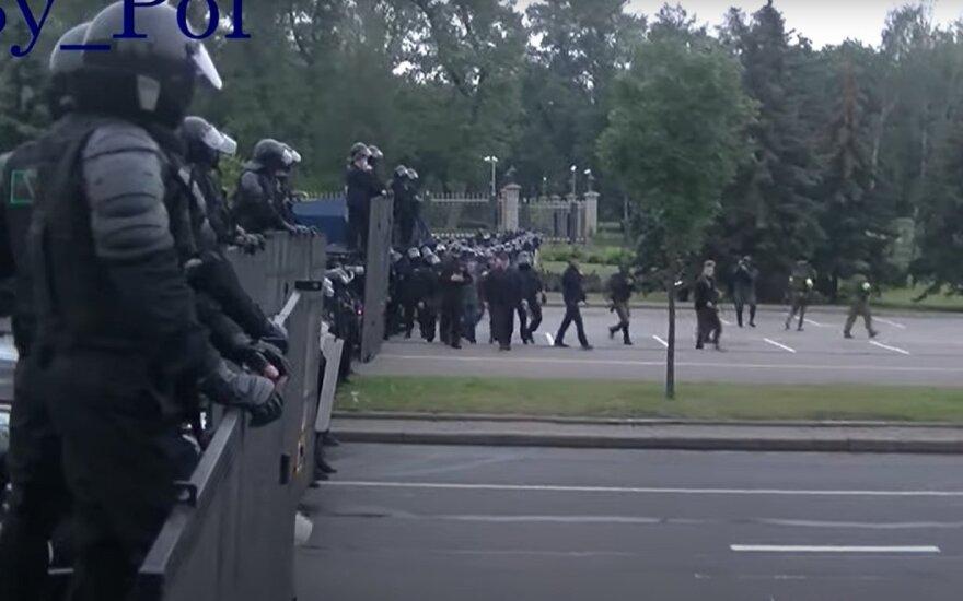 Vaizdo įraše – tikroji reakcija: ginkluotas Lukašenka juoką sukėlė net omonininkams