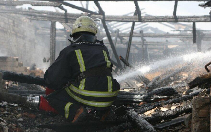 Vilniaus r. užsiliepsnojo arklidės, sudegė antikvarinės karietos