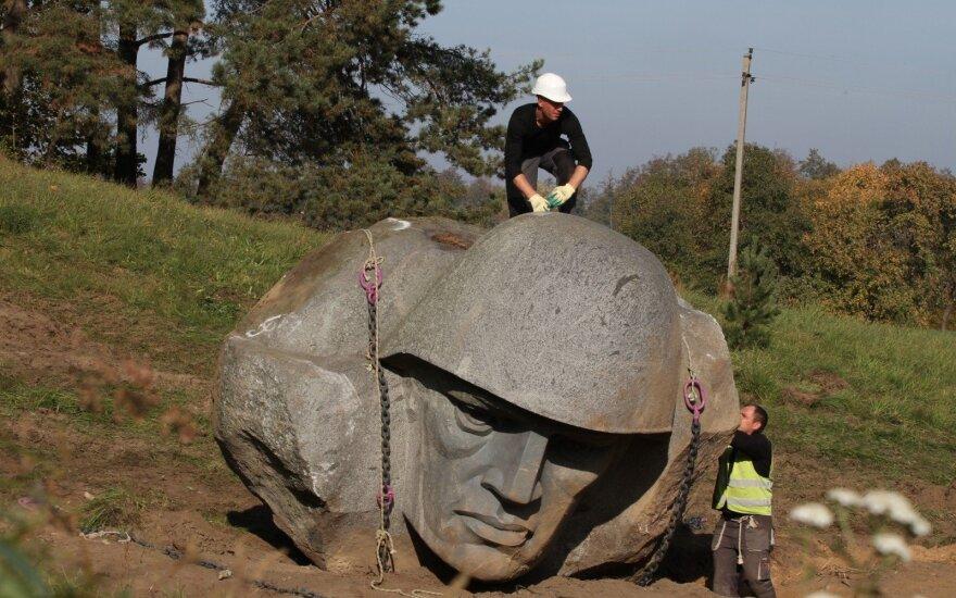 Alytaus rajono sovietinio kario skulptūra keliauja į Grūto parką