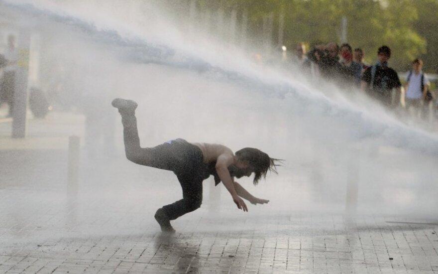 Turkijoje esanti lietuvė: į demonstrantus purškiamos ašarinės dujos, nukreipiamos vandens srovės