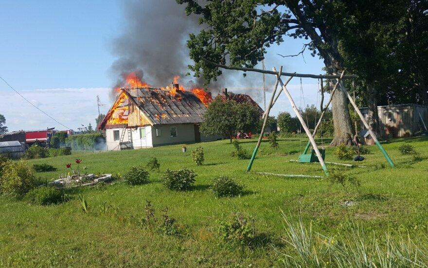 Suaugusieji gelbėjo vaikus, apdegė per langą iššokusi nėščia moteris