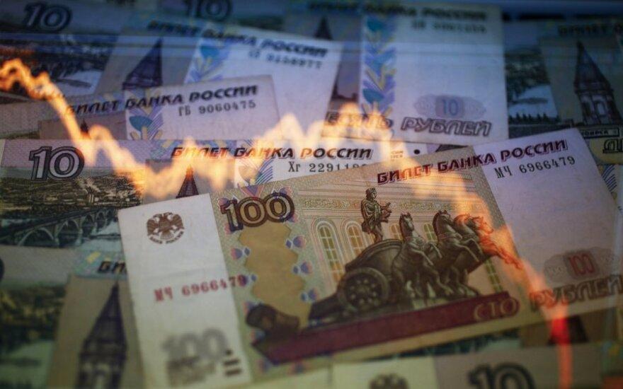 """""""Juodasis pirmadienis"""": rublio kursas toliau smenga žemyn"""