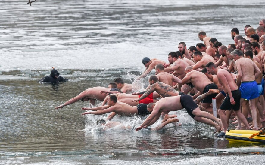 Bulgarai Kristaus Apsireiškimo šventę mini maudynėmis lediniame vandenyje