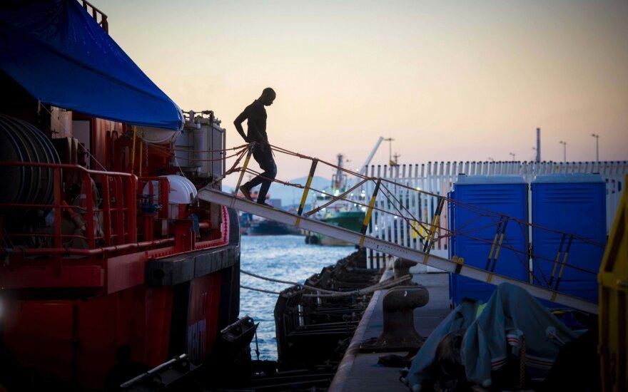 Graikijos pareigūnai sulaikė laivą su Ukrainos vėliava, gabenusį migrantus