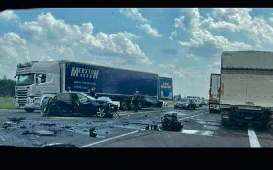 """Kelyje """"Via Baltica"""" susidūrė du automobiliai ir vilkikas: sužaloti du žmonės"""