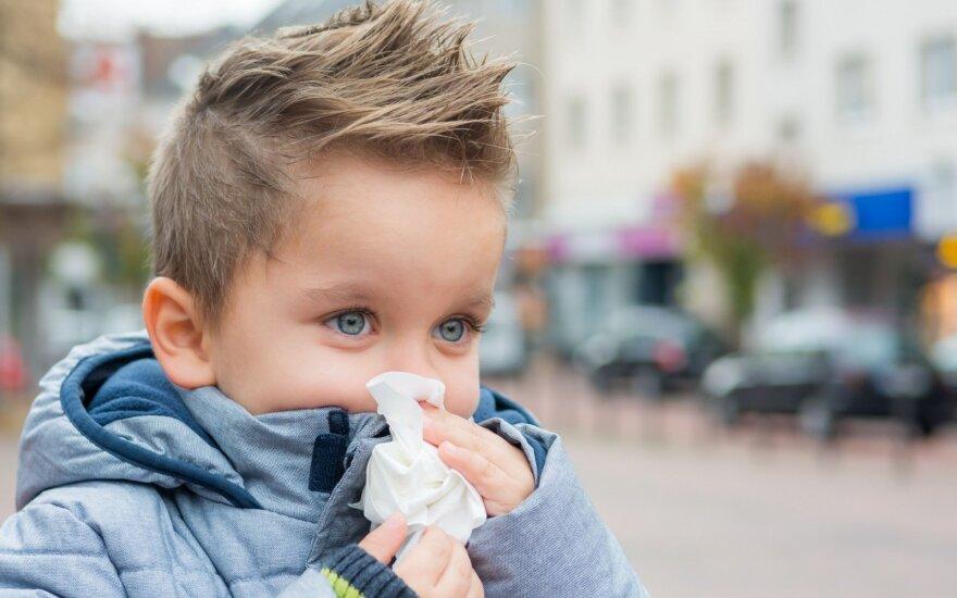 Daugėja sloguojančių ir kosėjančių vaikų: specialistė išskyrė tris būdus, kurie gali pagerinti mažųjų sveikatą