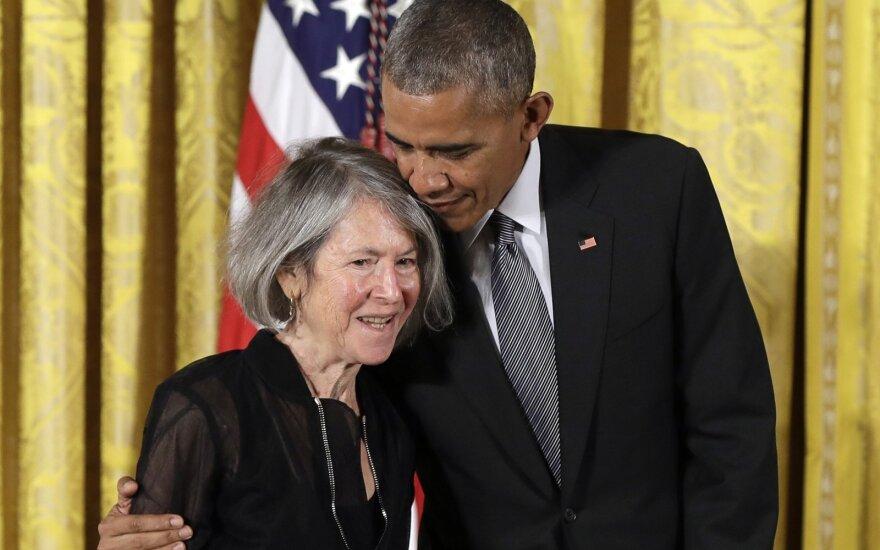 Louise Gluck, Barack Obama 2016 m. įteikiant Nacionalinį humanitarinį medalį