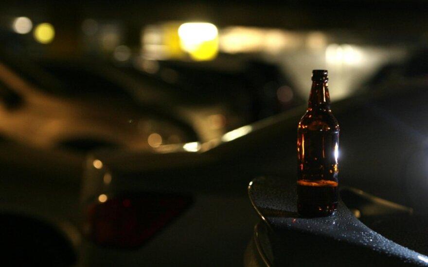 Alaus butelis ant automobilio