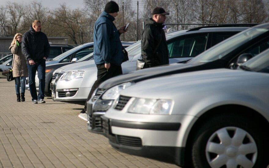 Nykstančiame automobilių turguje lietuviai su magnetu apeina ir pigiausias mašinas