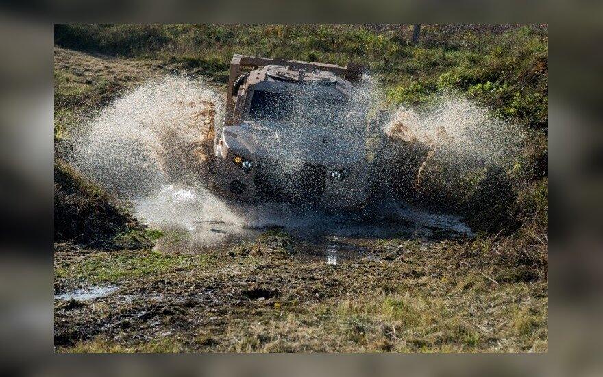 Gaižiūnų poligone vyksta JAV kompanijos Oshkosh Defence LCC  šarvuoto visureigio L-ATV, Light Combat Tactical All-terrain Vehicle,  galimybių demonstracija.