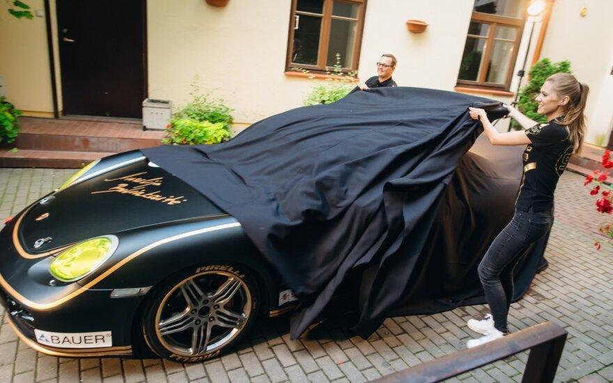 """A.Beliakaitė pristatė savo puoštą """"Porche"""" automobilį (T.Šimkaus nuotr.)"""