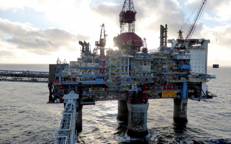 Tvyrant nerimui dėl pasaulio ūkio augimo, naftos kainos patraukė žemyn