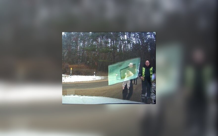 Vilniaus kelių policininkai pasidalijo kūdikio gelbėjimo operacijos vaizdo įrašu