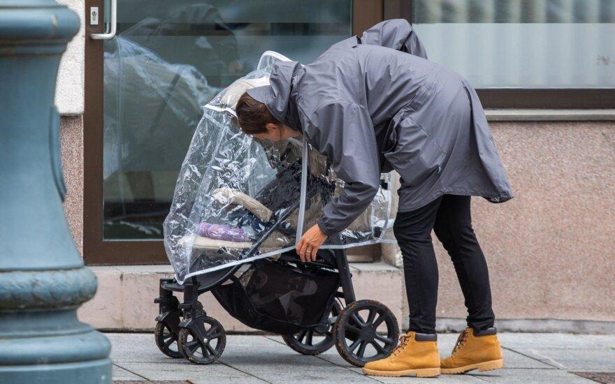 1 tūkst. eurų kainavęs vežimėlis laimės neatnešė: teisybės ieško jau 7 mėnesius