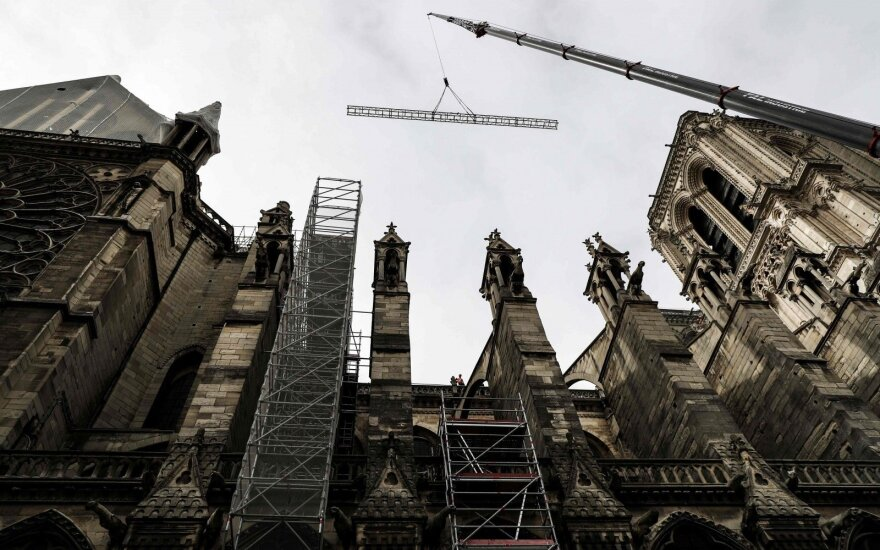 Žiniasklaida: Paryžiaus Dievo Motinos katedros skliautai dėl karščių gali sugriūti