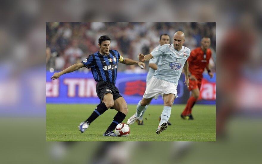 """Javieras Zanetti (""""Inter"""") kovoja su Tommaso Rocchi (""""Lazio"""")"""