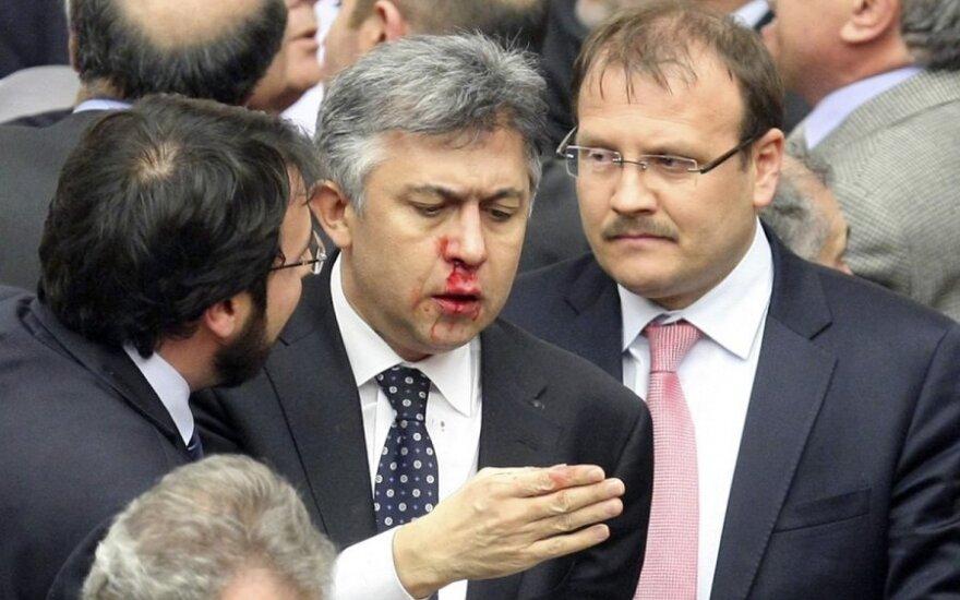 Muštynės Turkijos parlamente