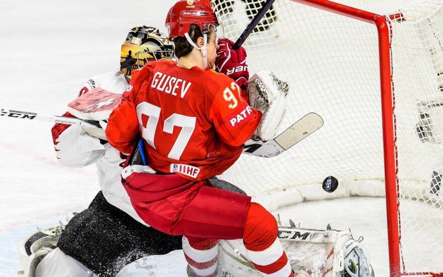 Nikita Gusevas bando pralaužti šveicarų gynybą.