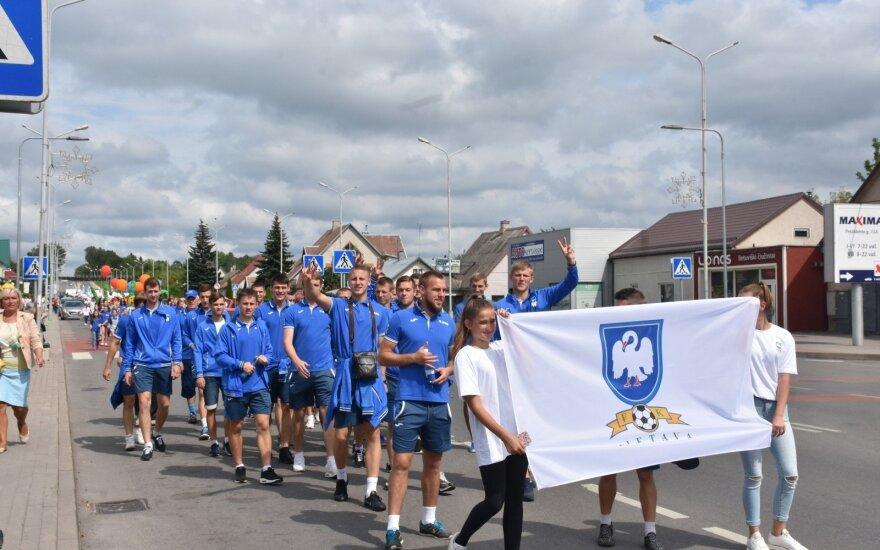 """""""Lietavos"""" klubo futbolininkai miesto šventei skirtoje eisenoje"""
