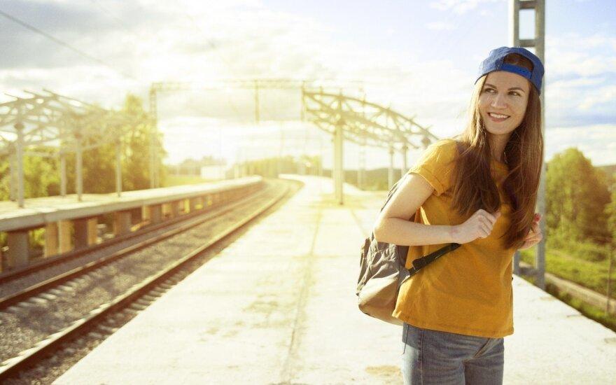 Mergina prie geležinkelio bėgių
