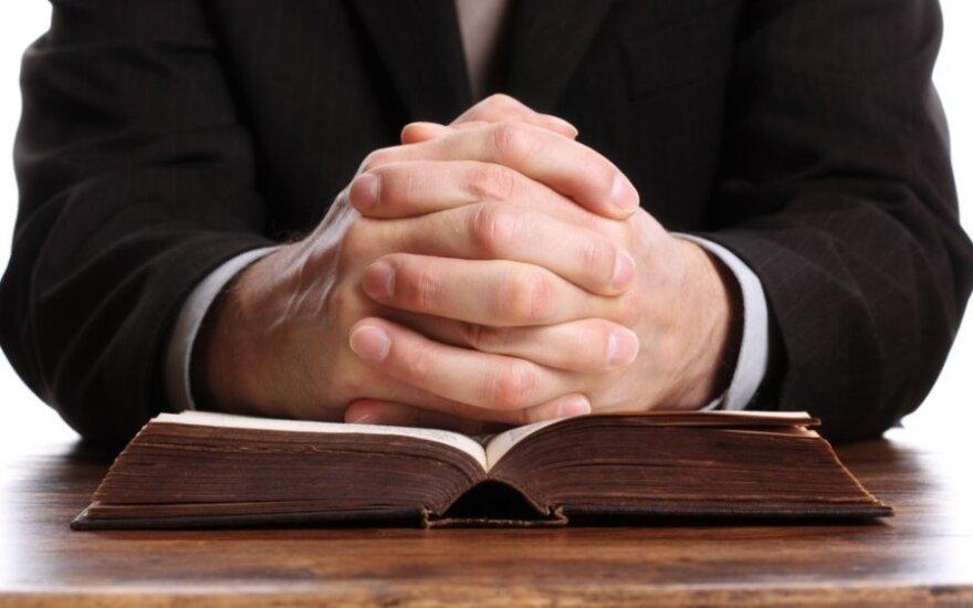 Pensinio amžiaus sulaukusiems dvasininkams siūloma nustatyti 312 eurų šalpos išmoką