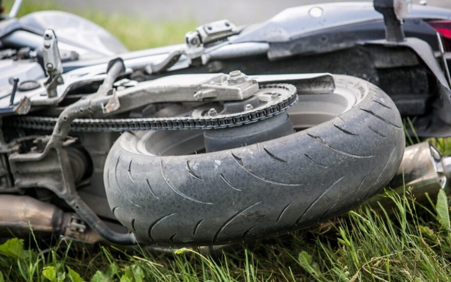 Jauna vairuotoja nepraleido motociklininko, vyras atsidūrė traumatologijos skyriuje