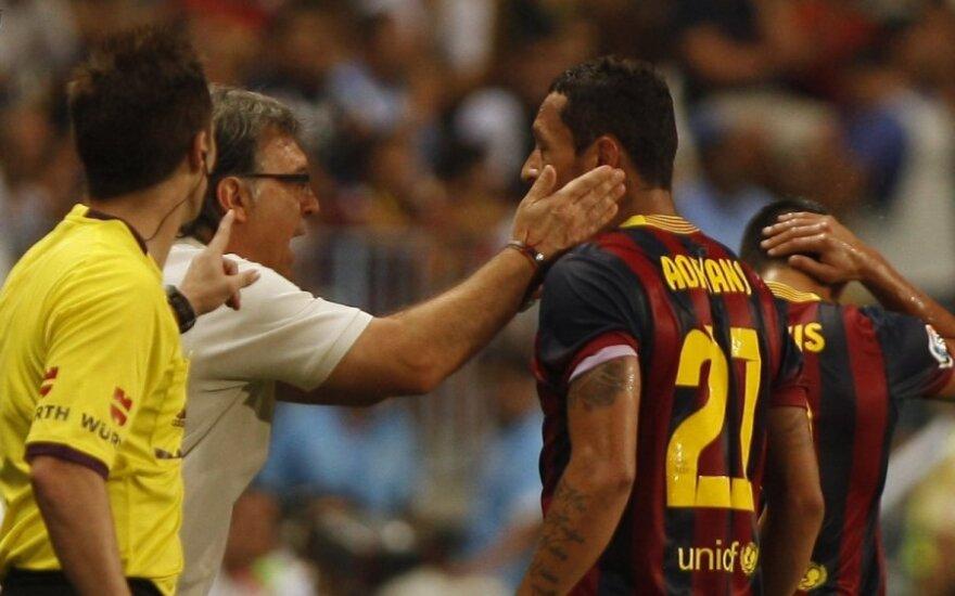 Komandos treneris Gerardo Martino sveikina Adriano su pelnytu įvarčiu