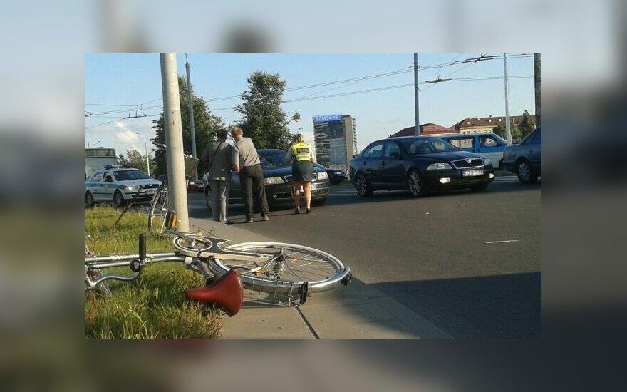 Vilniuje neįgaliojo ženklu pažymėtas automobilis perėjoje partrenkė dviratininkę