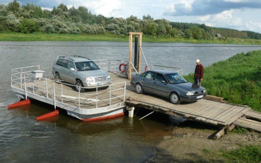 Be motoro Nerį įveikiantis keltas upės vagą perplaukia per 3-5 minutes