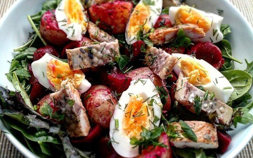 Šiltos salotos su silke, burokėliais ir šviežiom bulvėm