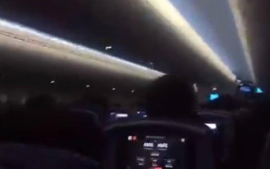 Desperatiškai nusileisti bandančiame lėktuve – keleivių klyksmai ir ašaros