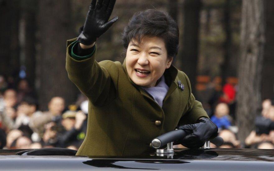 Pietų Korėjoje protestai – prezidentė reikalus tvarkė su religinės sektos vado dukra
