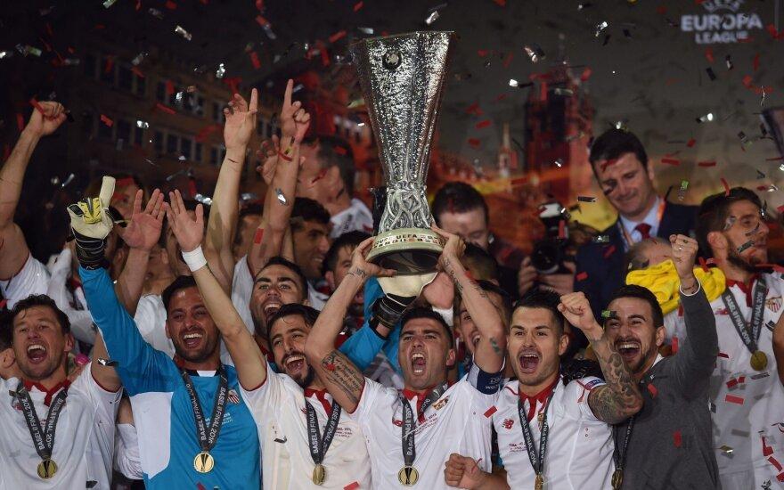 """Sevilla"" futbolininkai su Europos lygos taure"