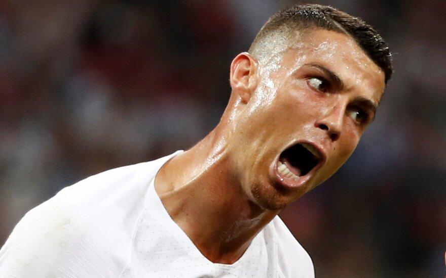 """Ronaldo – be """"Auksinio batelio"""": Cavani įvarčiai eliminavo Portugaliją iš čempionato"""