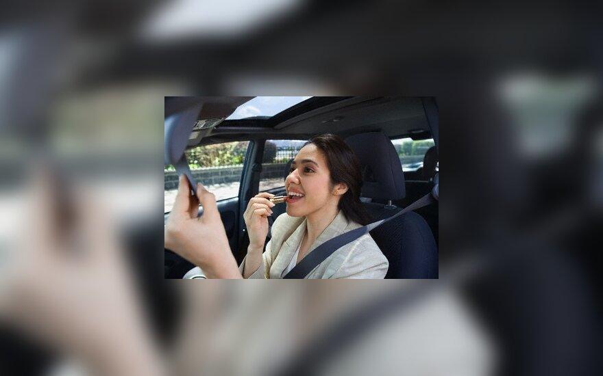 Tik 5 proc. moterų prisipažino, kad prie vairo dažosi