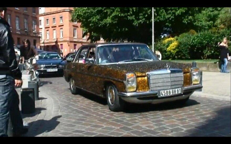 Musėmis aplipęs Mercedes