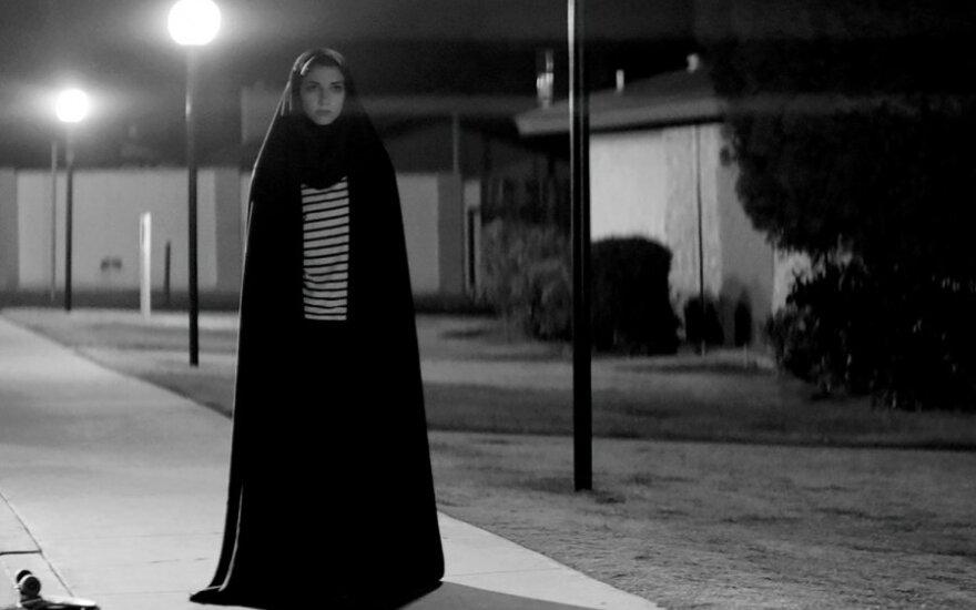 """Kadras iš filmo """"A Girl Walks Home Alone at Night"""""""