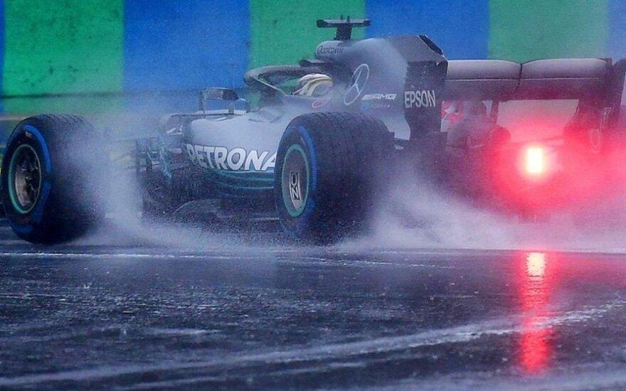 Pliaupiant lietui kvalifikaciją Vengrijoje laimėjo Hamiltonas