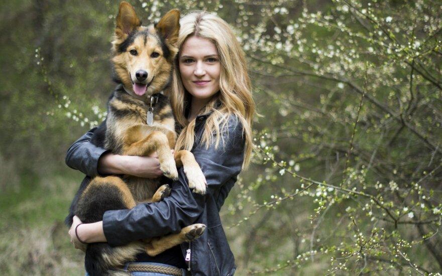 Augintinį turinti mergina neigia populiarų mitą apie šunis iš prieglaudos