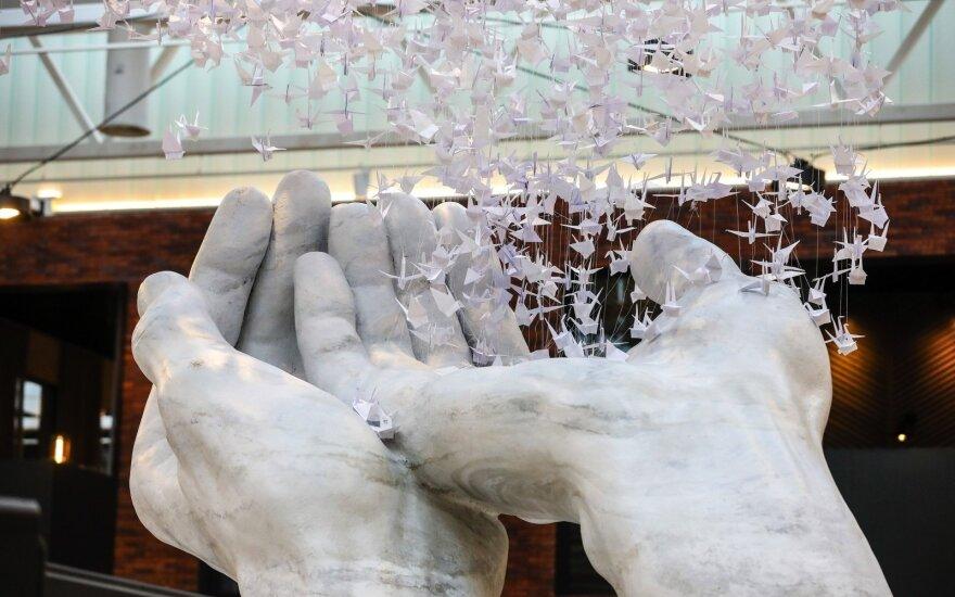 Kaune – įspūdinga Sugiharai skirta instaliacija iš 10 tūkst. popierinių gervių