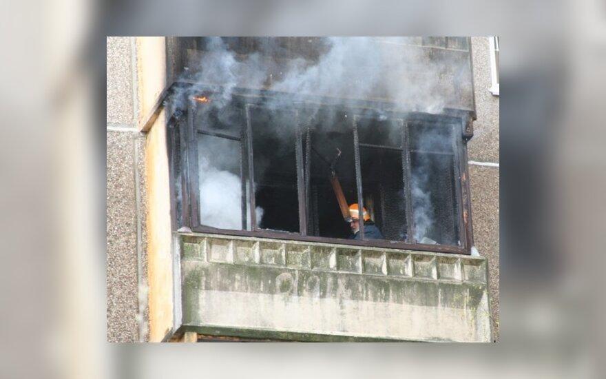 Šiauliečių butas užsidegė nuo balkone laikomo įjungto šaldytuvo