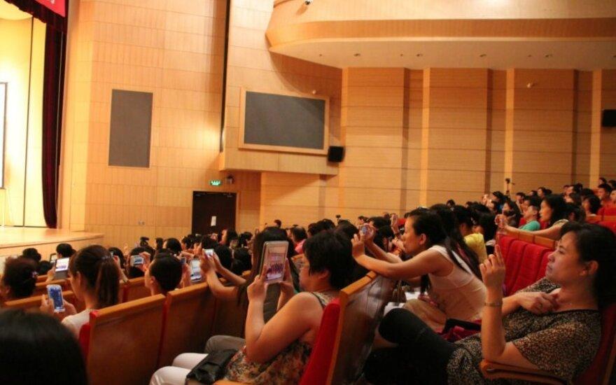 Kinijoje su scena į orkestro duobę įlūžo 80 choristų