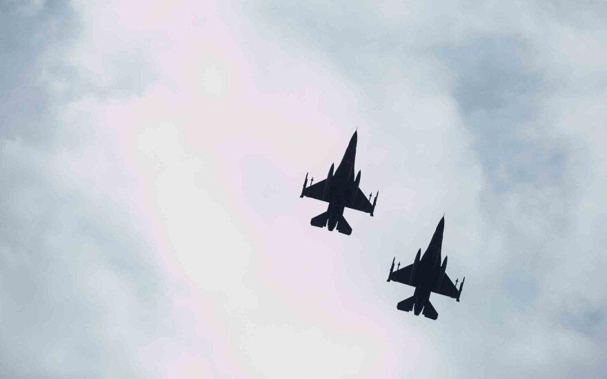 NATO naikintuvai septynis kartus kilo lydėti Rusijos orlaivių