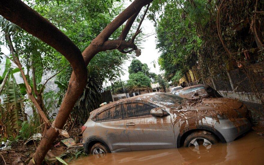 Indonezijoje po 43 gyvybes nusinešusio potvynio gelbėtojai ieško dingusiųjų