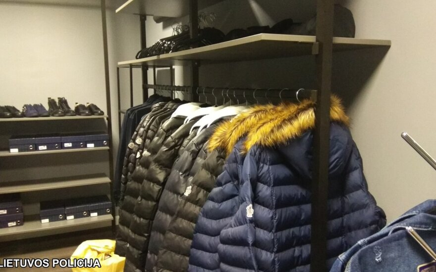 Sostinės pareigūnams vėl įkliuvo rūbų klastotėmis prekiavęs vyras
