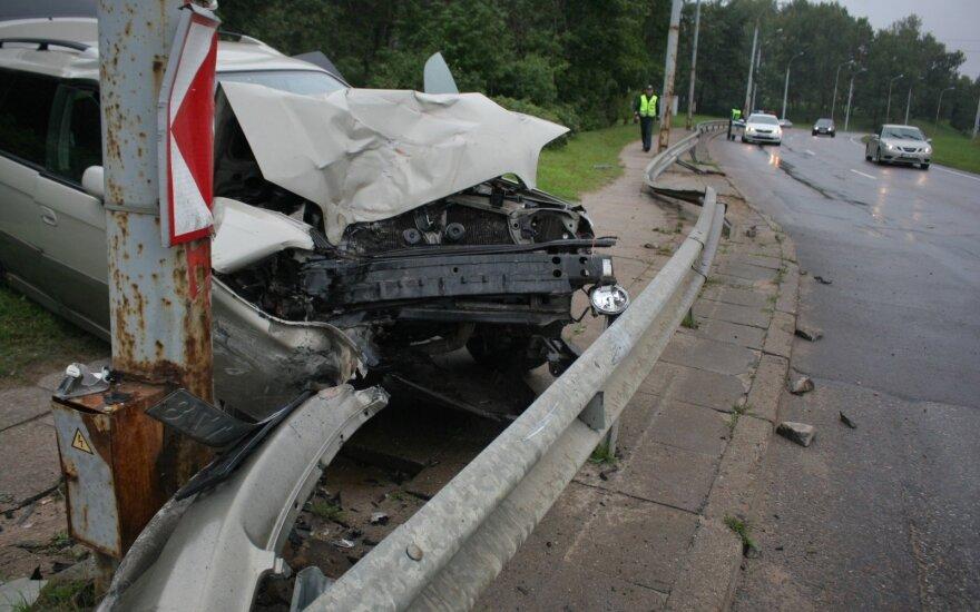 Vilniuje lengvasis automobilis peršokęs atitvarą rėžėsi į apšvietimo stulpą