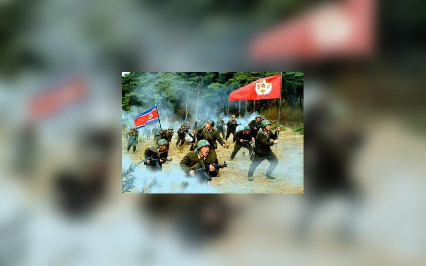 Šiaurės Korėjos kariai pratybose mokosi kautis su menamais JAV agresoriais