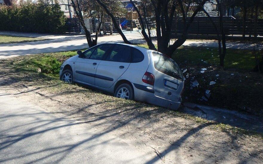 """Kaune girtos vairuotojos """"Renault"""" nulėkė į griovį"""