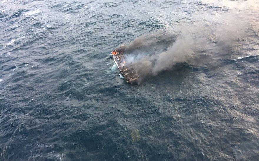 Prie Pietų Korėjos pakrantės užsidegus žvejybos laivui žuvo žmogus, dar 11 dingo